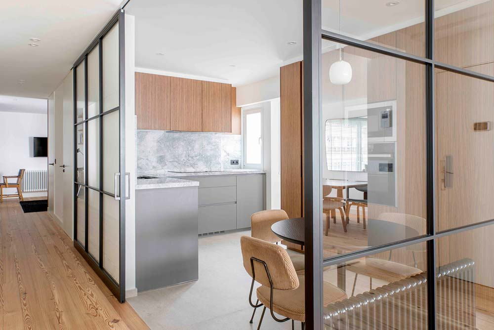 Estructuras de hierro y cristal como puertas para pasillos y cocinas